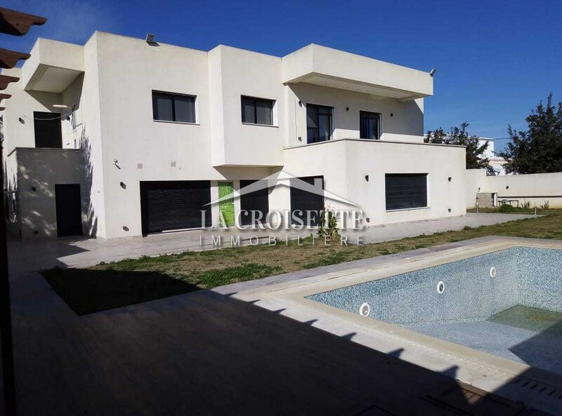 villa haut standing avec grand jardin et piscine à la soukra
