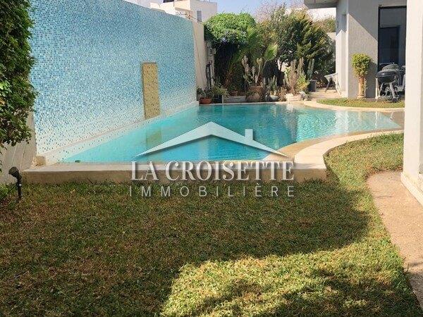 Une villa S+4  avec piscine à La Soukra